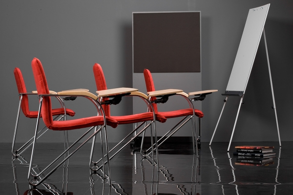 kėdės su atliankiamu staliuku